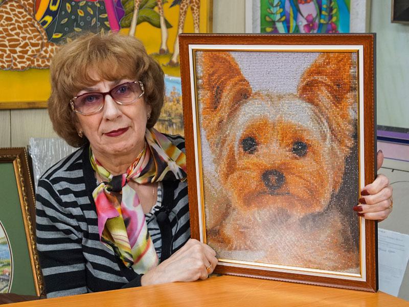 """Алмазная мозайка """"Собака"""" оформлена в коричневую багетную рамку"""