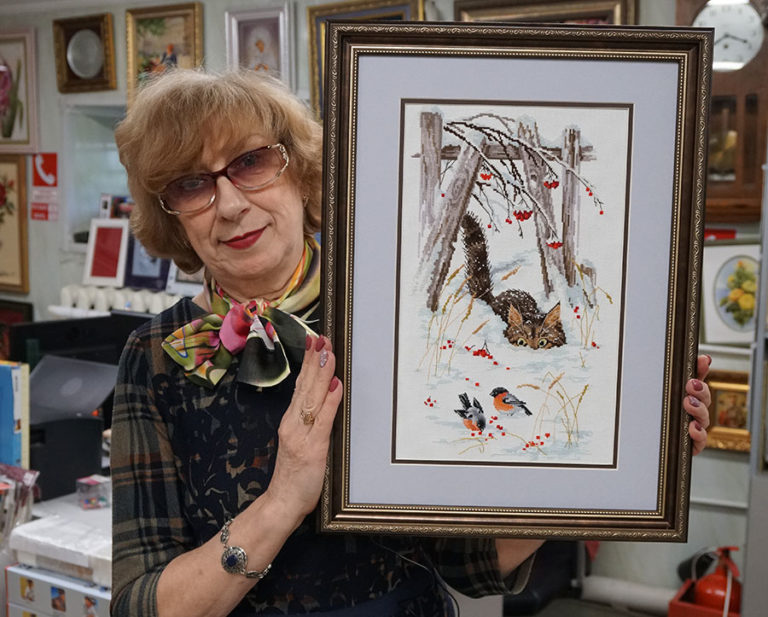Багетная мастерская Ленбагет в Санкт-Петербурге, Татьяна Викторовна с вышивкой