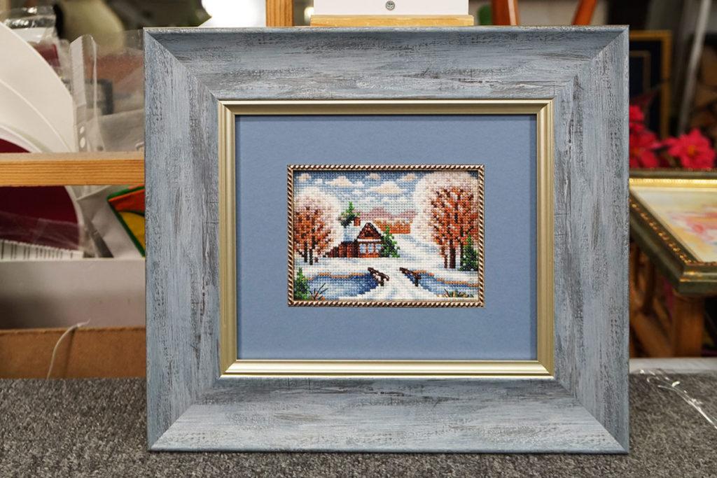 """Вышивка крестом """"Зимний пейзаж"""" в голубой багетной рамке с двойным паспарту и кантом"""