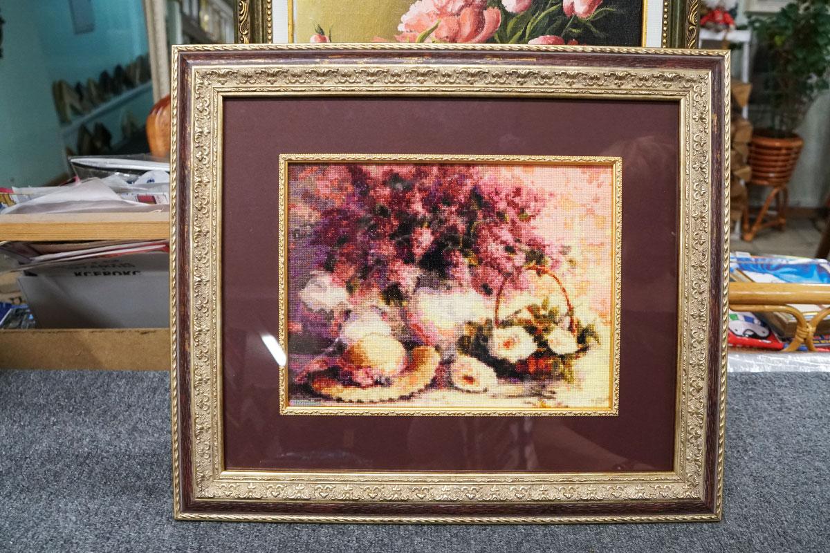 """Вышивка крестом """"Натюрморт с цветами"""" в красной багетной рамке с двойным паспарту и кантом"""