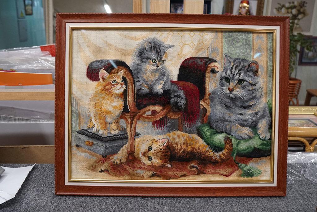 """Вышивка крестом """"Коты"""" в коричневой багетной рамке"""