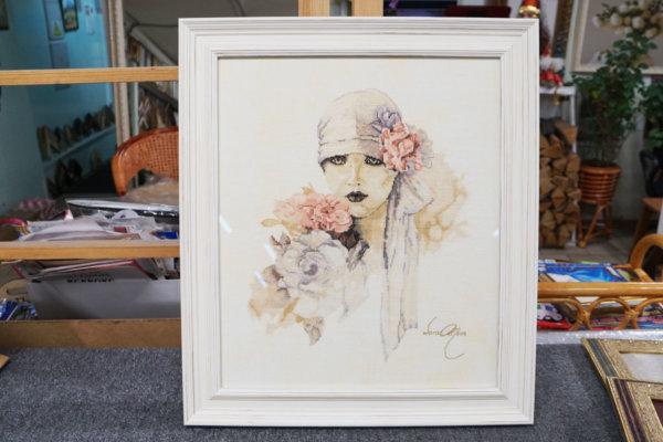 """Вышивка-портрет """"Женщина с букетом"""" в белой багетной рамке"""