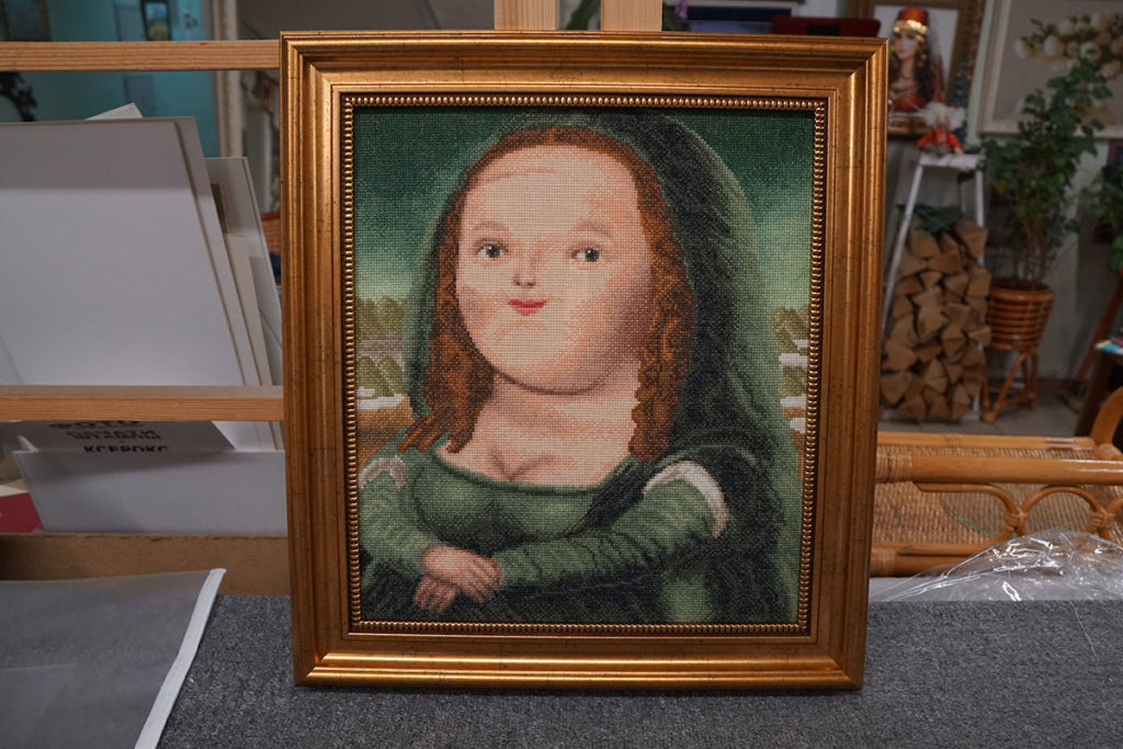 """Вышивка-шарж """"Мона Лиза"""" в золотой багетной рамке"""