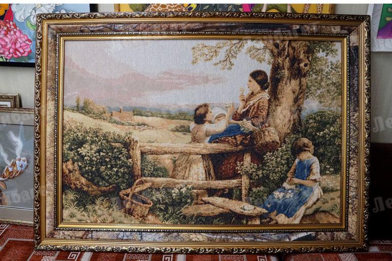 """Гобелен """"Мать с детьми"""" в золотой багетной раме"""