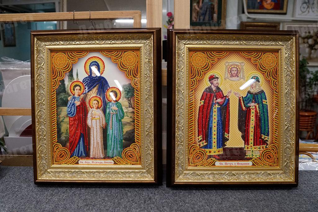 Иконы, оформленная в золотой киот