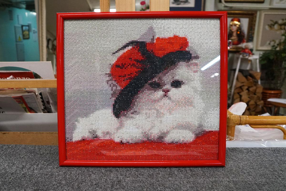 """Алмазная мозайка """"Котик в шляпке"""" в красной багетной рамке"""