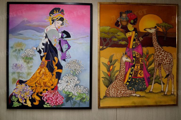 """Батик """"Гейша на озере"""" и """"Девушка с жирафами"""" в черной и коричневой багетных рамкех"""