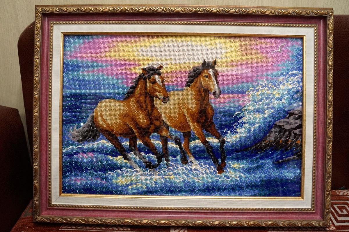 """Вышивка бисером """"Брызги моря"""" в розовой багетной рамке"""