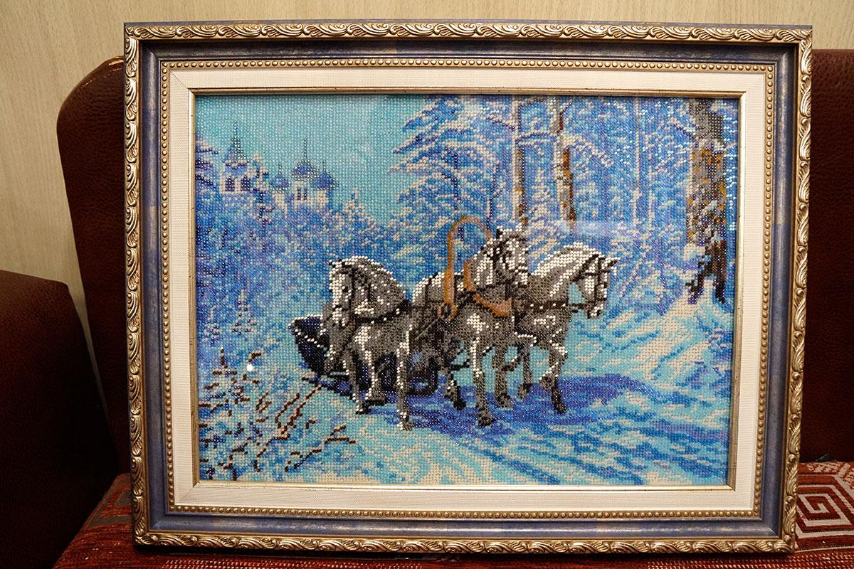 """Вышивка бисером """"Тройка лошадей"""" в синей багетной рамке"""