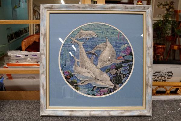 """Вышивка крестом """"Дельфины"""" в серой багетной рамке с круглым паспарту"""