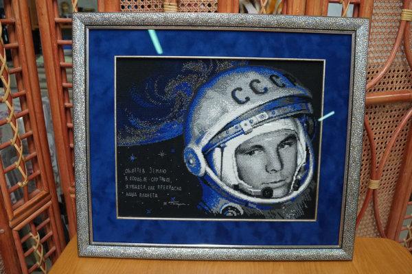 """Вышивка крестом """"Гагарин"""" в серебряной багетной рамке с двойным паспарту"""