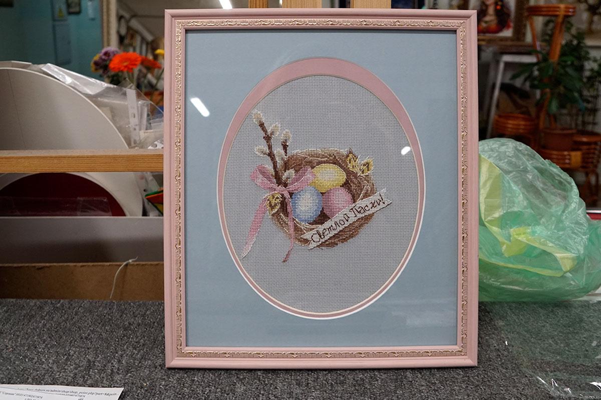 """Вышивка крестом """"К пасхе"""" в розовой багетной рамке с овальным паспарту"""
