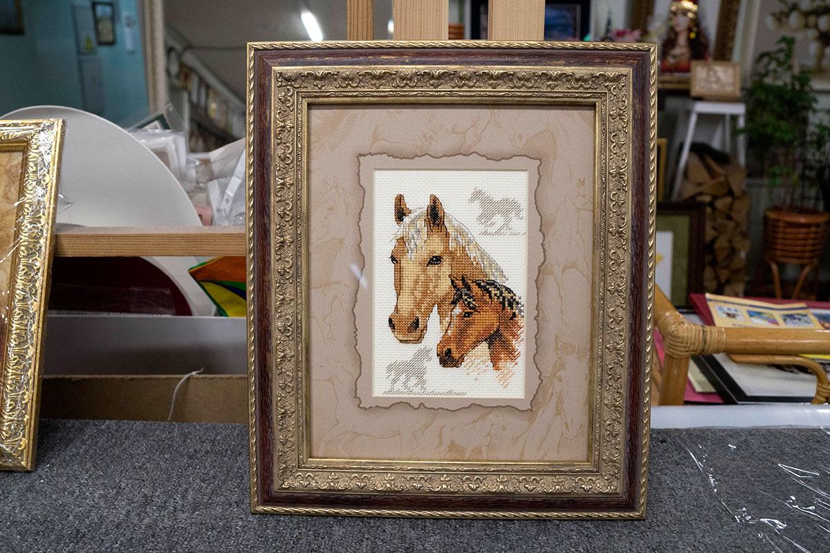 """Вышивка крестом """"Лошади"""" в золотой багетной рамке с двойным паспарту"""