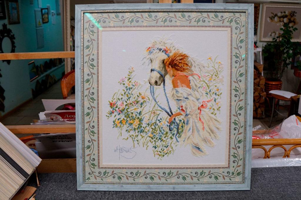 """Вышивка крестом """"Конь в цветах"""" в голубой багетной рамке с двойным паспарту"""
