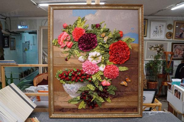 """Вышивка лентами """"Комнатные цветы"""" в коричневой багетной рамке"""