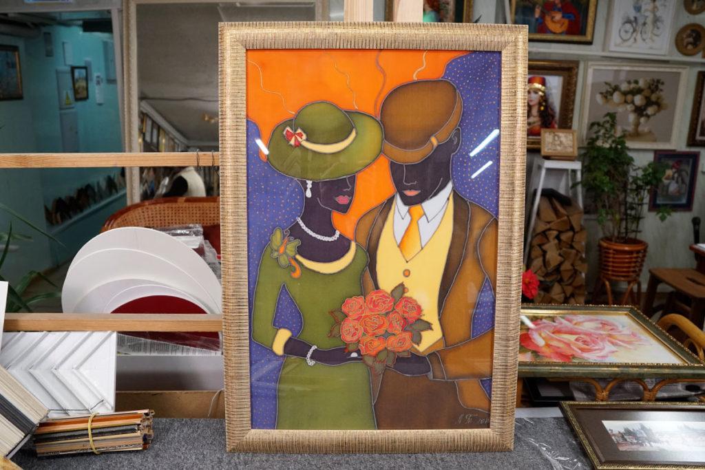 """Батик """"Пара с цветами"""" в золотой багетной рамке"""