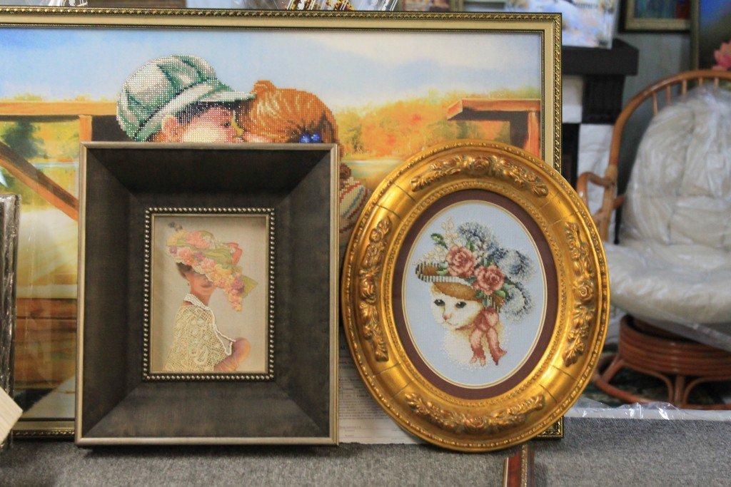 """Рисунок """"Девушка в шляпе"""" и """"Кошка в шляпе"""" в коричневой и золотой багетных рамках прямоугольной и овальной формы"""