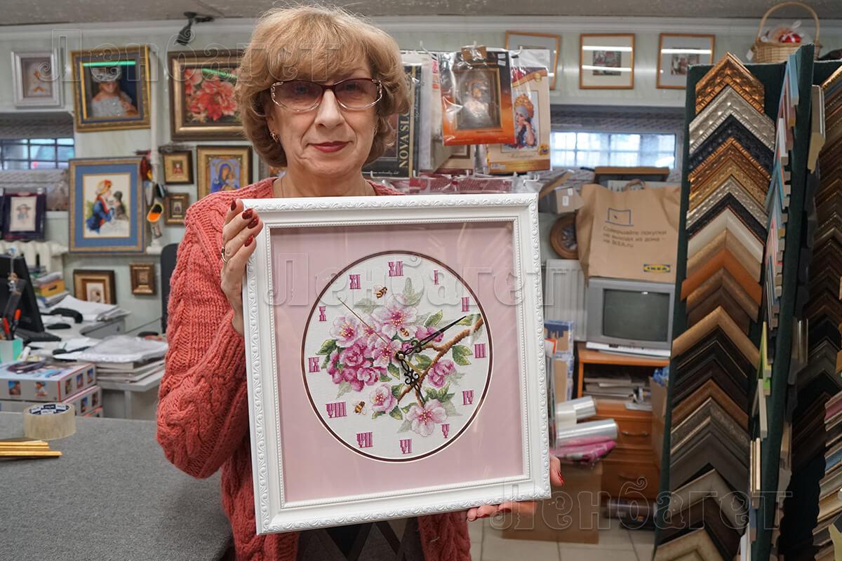 """Часы """"Яблоня в цвету"""" в белой багетной рамке с широким розовым паспарту"""