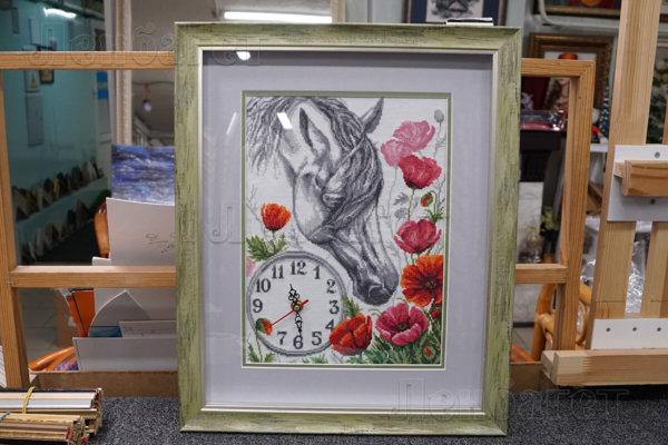 """Часы """"Лошадь в цветах"""" в зеленой багетной рамке с широким паспарту"""