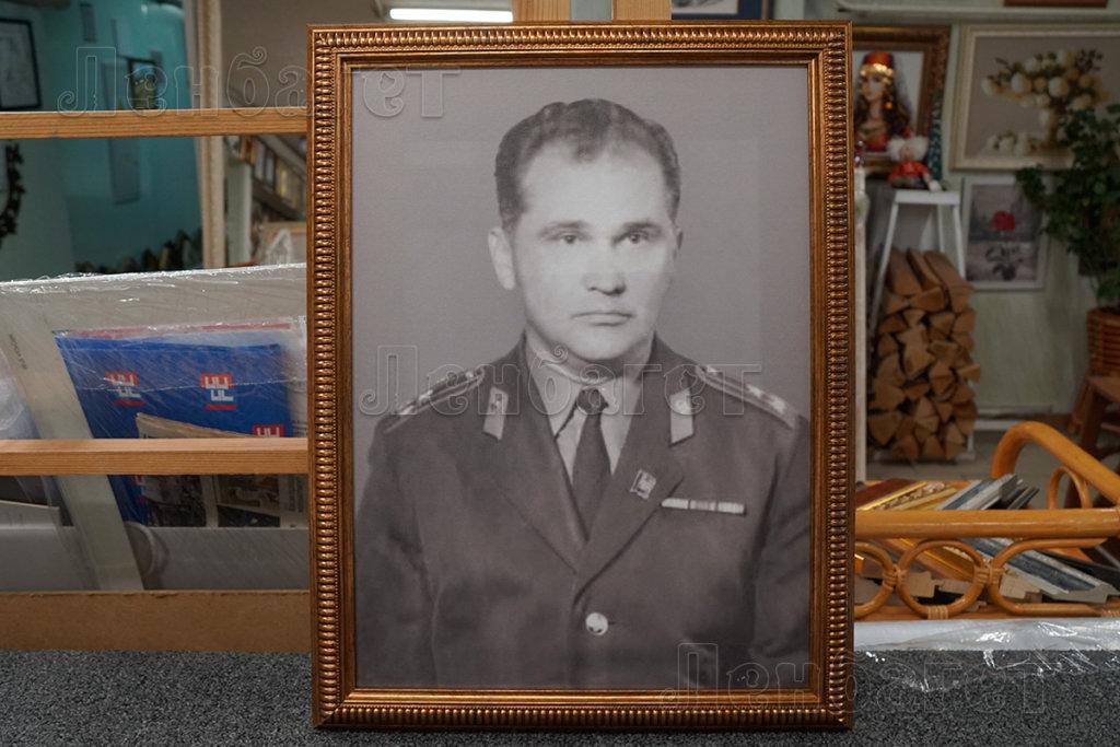 Портрет в коричневой багетной рамке