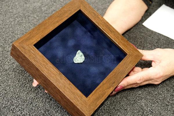 Оформление камней в коричневую багетную рамку. Вид сверху