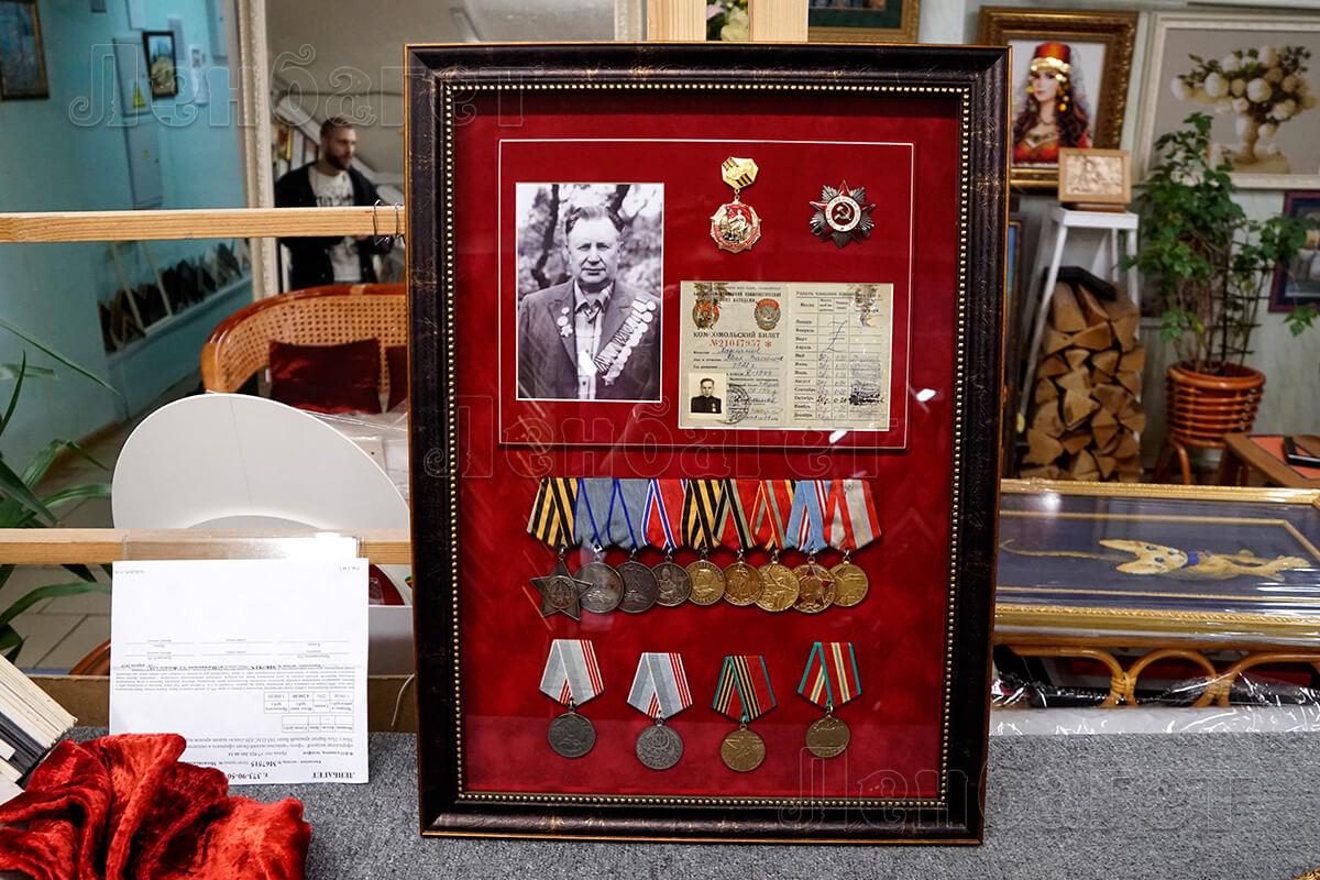 Оформление медалей с фотографией в коричневой багетной рамке