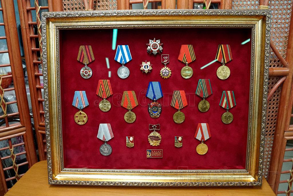 Оформление медалей в золотой багетной рамке