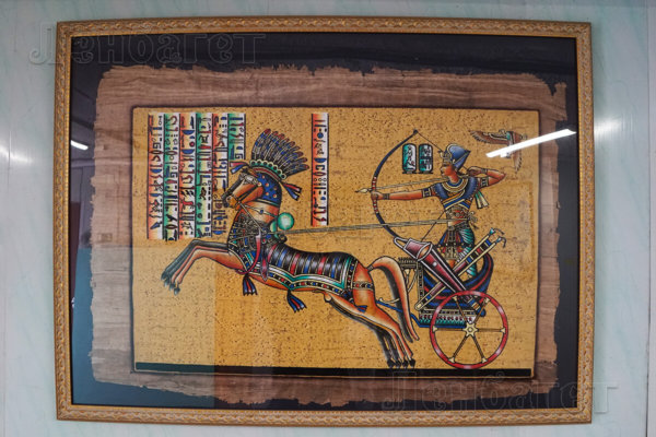 """Папирус """"Лучник на колеснице"""" в коричневой багетной рамке"""