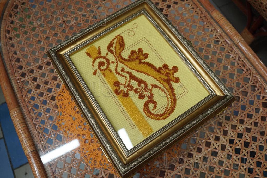 """Вышивка """"Ящерица"""" для оформления крестом в коричневой багетной рамке"""