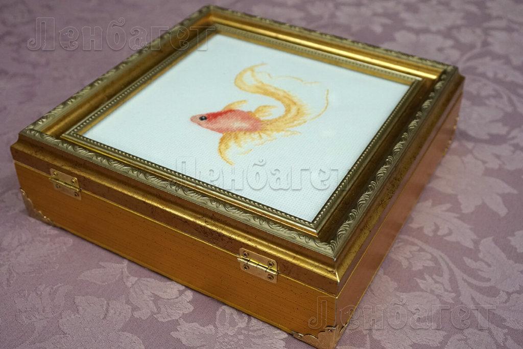 """Вышивка """"Рыбка"""" для оформления крестом в золотой багетной рамке"""