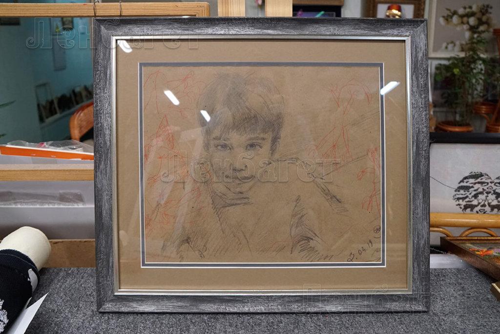 """Рисунок """"Портрет мальчика"""" в серой багетной рамке с двойным паспарту"""
