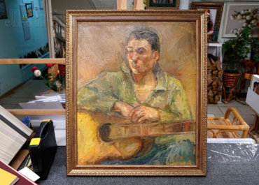 Мужчина с гитарой. Портрет в багетной рамке