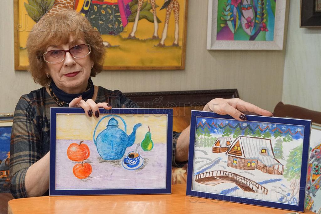 """Детский рисунок """"Зимняя деревня"""" и """"Натюрморт"""" в синей багетной рамке рамке"""