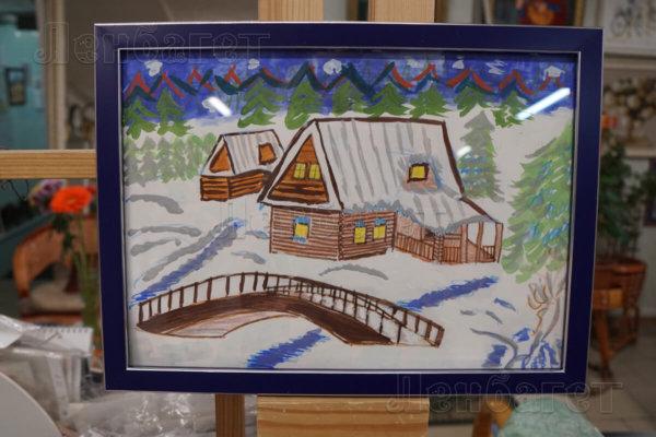 """Детский рисунок """"Зимняя деревня"""" в синей багетной рамке"""