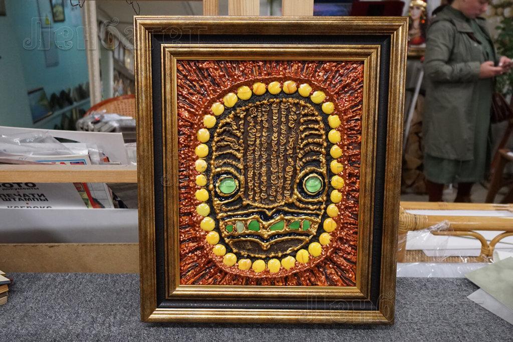 Картина в коричневой багетной рамке