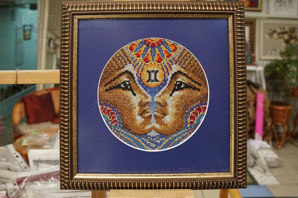 """Картина """"Египтяне"""" в золотой багетной рамке с широким синим паспарту"""