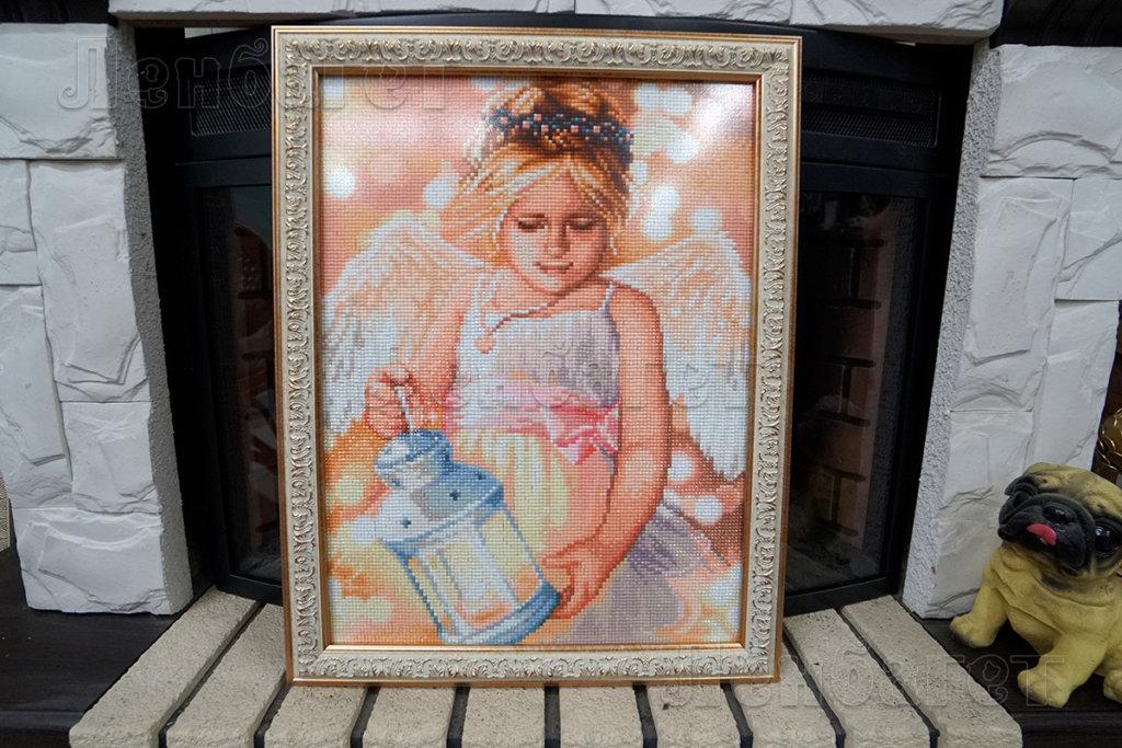"""Алмазная мозайка """"Ангелок с фонариком"""" в белой багетной рамке"""