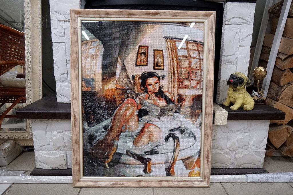"""Алмазная мозайка """"Девушка в ванной"""" в бежевой багетной рамке"""