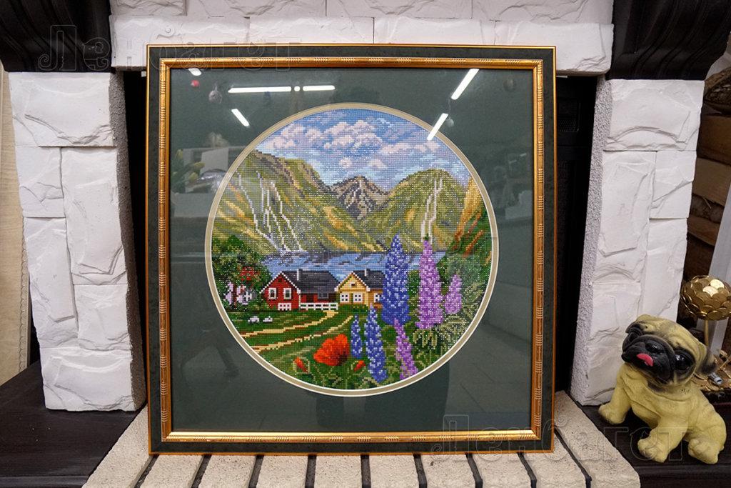 """Алмазная мозайка """"Домик в горах"""" в зеленой багетной рамке с двойным паспарту"""