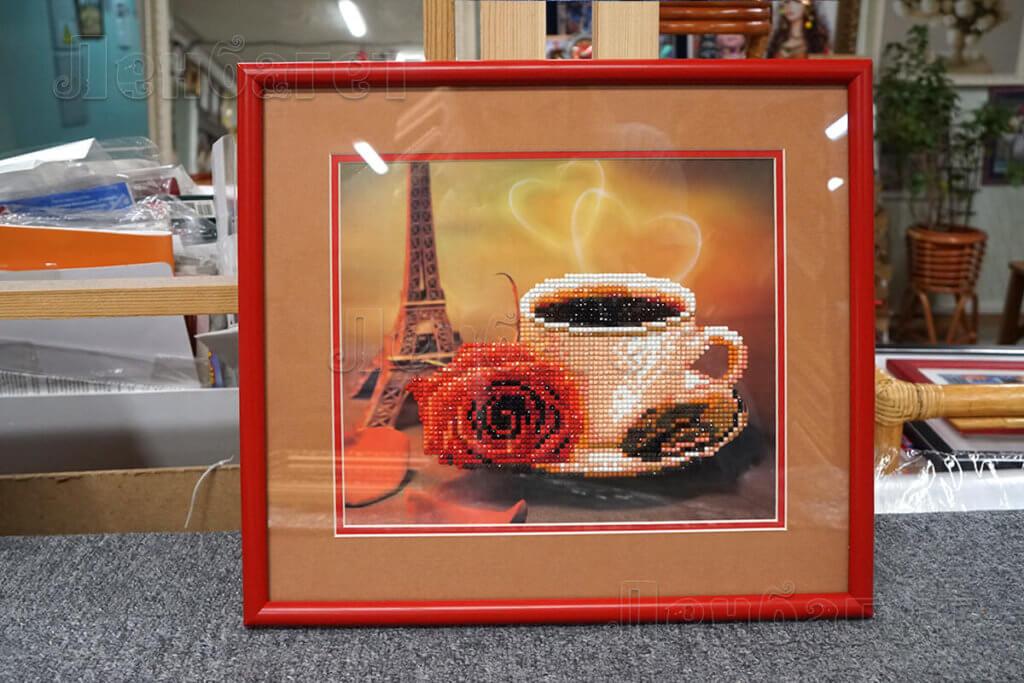 """Алмазная мозайка """"Ароматы Парижа"""" в красной багетной рамке с широким паспарту"""