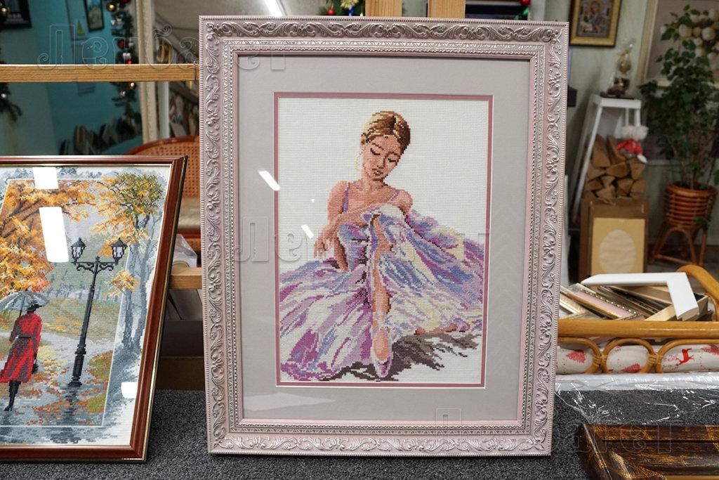"""Вышивка крестом """"Балерина"""" в розовой багетной рамке с двойным паспарту"""