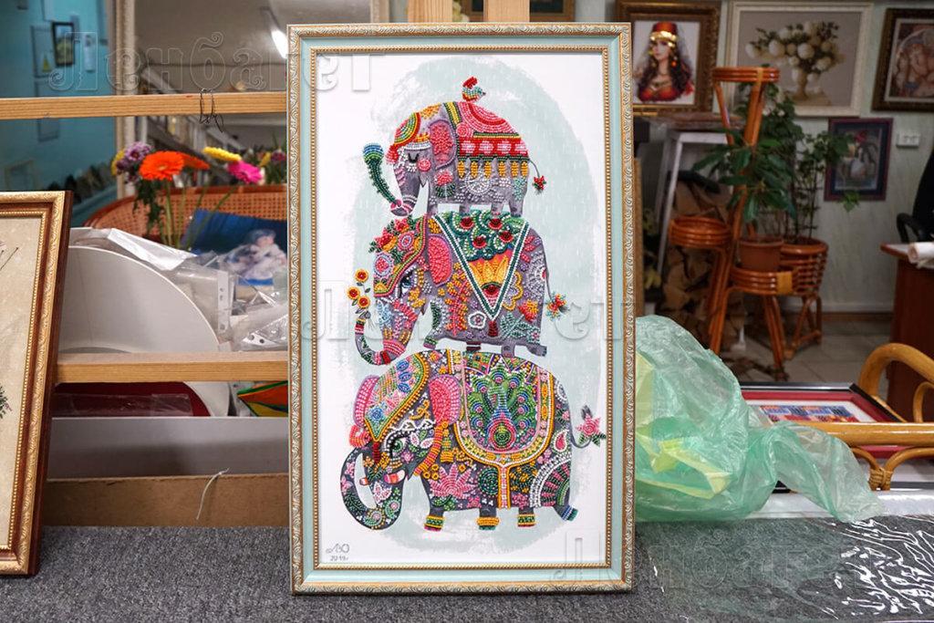 """Вышивка бисером """"Индийский слон"""" в голубой багетной рамке"""
