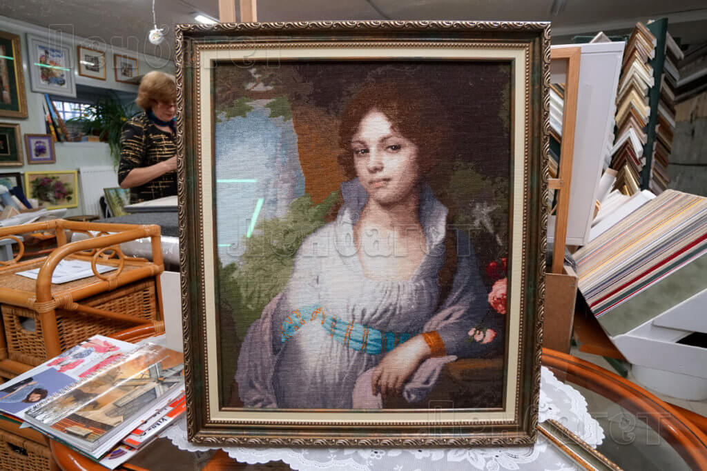 """Вышивка крестом """"Портрет Марии Лопухиной"""" в зеленой багетной рамке с двойным паспарту"""