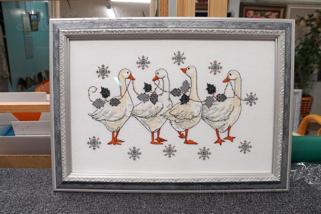 """Вышивка крестом """"Рождественские гуси"""" в серой багетной рамке"""