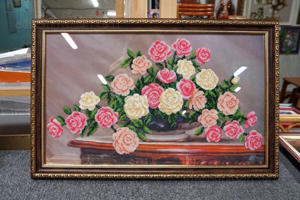 """Вышивка бисером """"Садовые розы"""" в коричневой багетной рамке"""