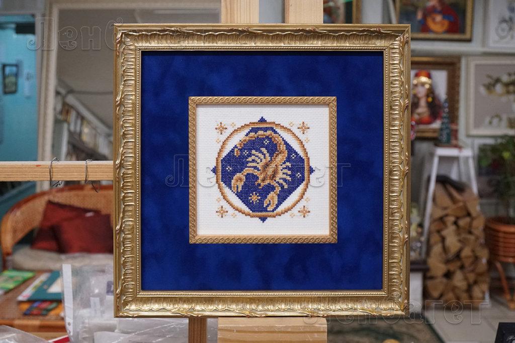 """Вышивка крестом """"Скорпион"""" в золотой багетной рамке с двойным паспарту"""