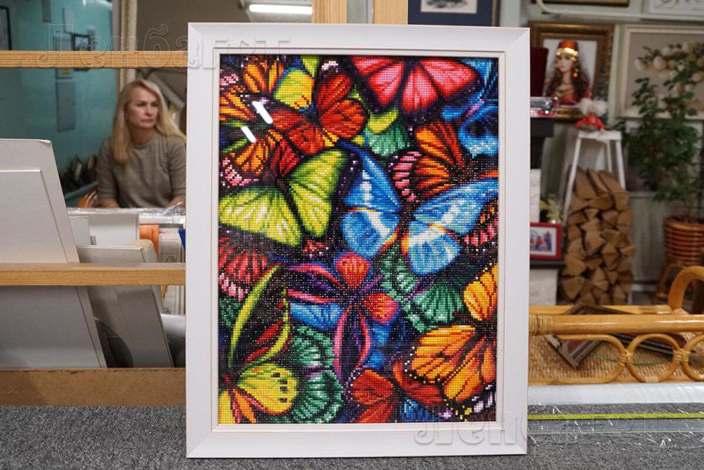 """Алмазная мозайка """"Яркие бабочки"""" в белой багетной рамке"""